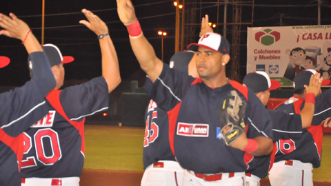 Rubén Rivera usara el bat rosa en un turno. FdW793mQ